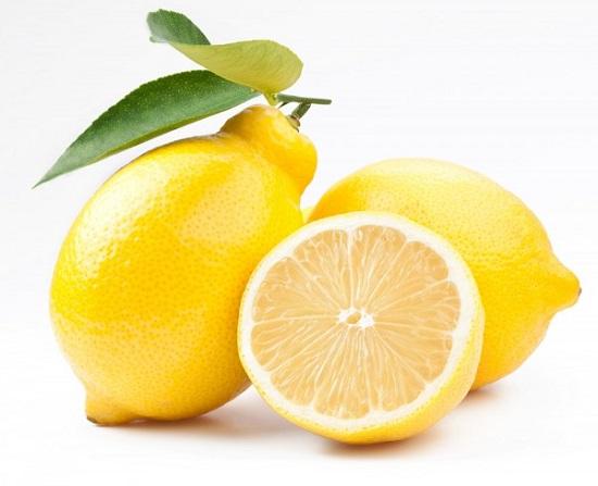 pulire il frigo con prodotti naturali limone